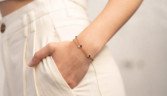 women buying jewelry