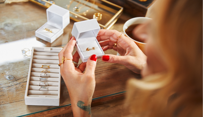 Notonthehighstreet pops up in London stations with jewellery partners